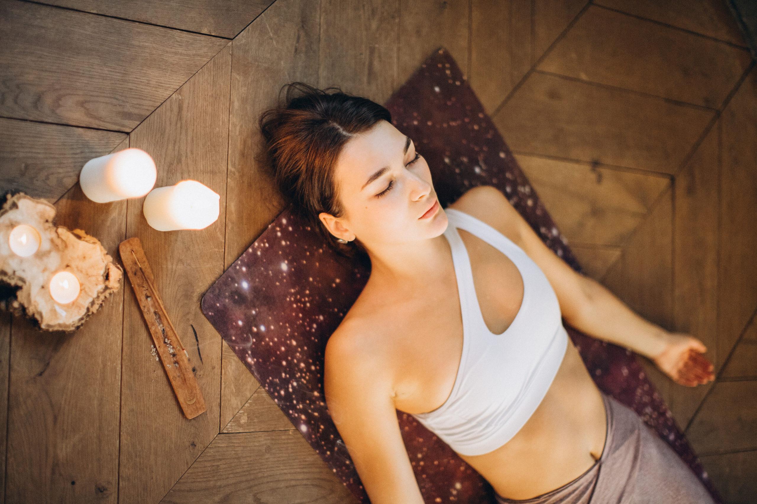 Femme pratiquant yoga nidra